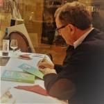 Miquel Barceló firmando un ejemplar de Citynomics